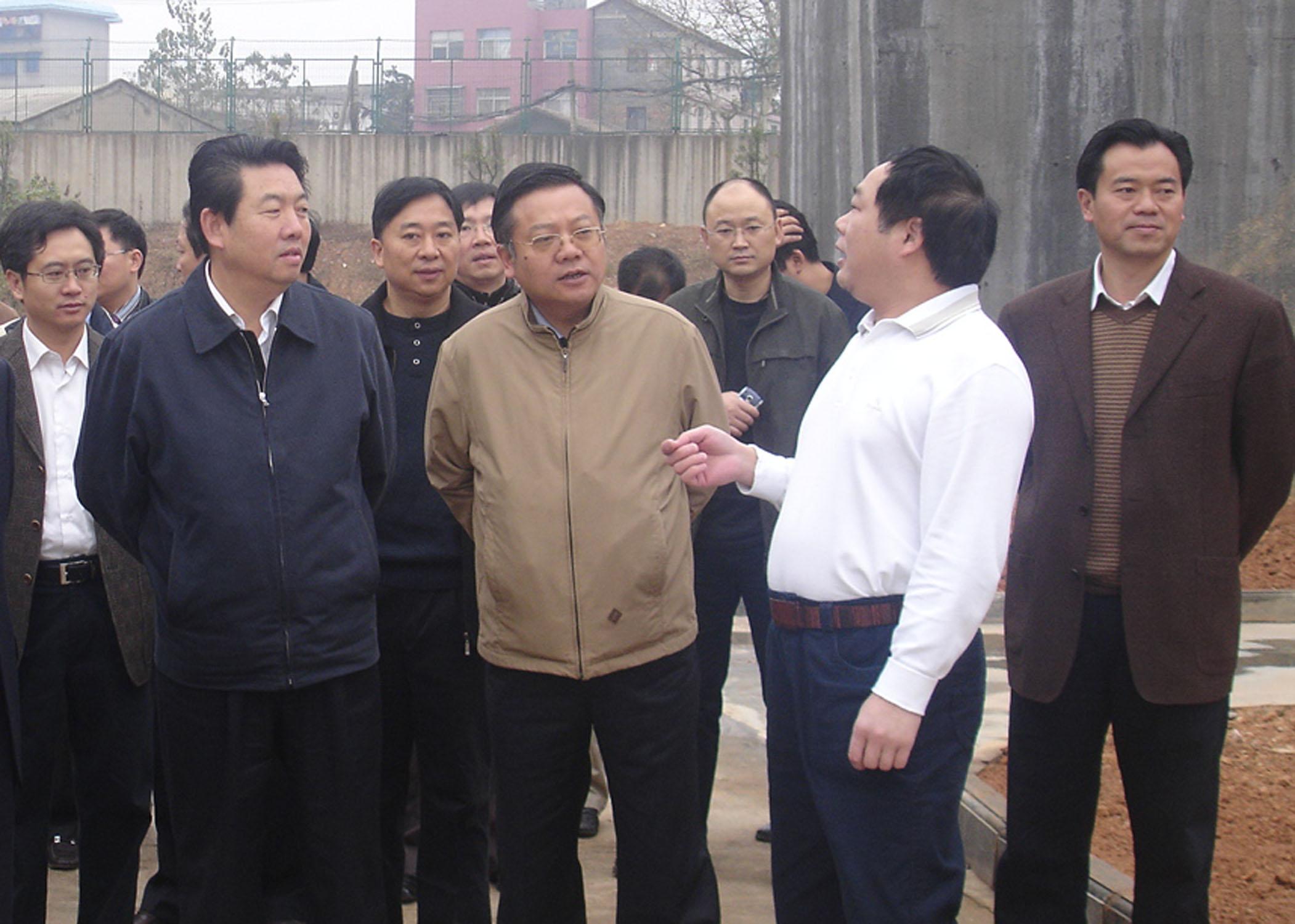 2008年11月省人大常委副主任,時任省發改委主任蔣作斌蒞臨公司調研污水處理工作.jpg